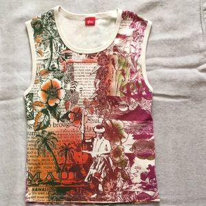 Sleeveless t-shirt with great print.